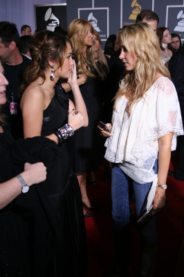 Daughter and Mother moment on the red carpet &#8212; Miley and her mom Leticia