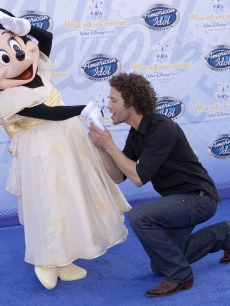 &#8216;Idol&#8217; alum Justin Guarini proposes to Minnie Mouse at the &#8216;American Idol&#8217; Experience opening at Disneyworld