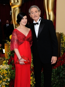 Kevin Kline and wife Phoebe Cates make a cute couple on the 2009 Oscars red carpet