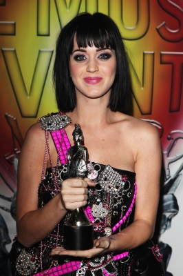Katy Perry poses with the award for Best International Female Solo Artist backstage during the Brit Awards 2009 at Earls Court on February 18, 2009 in London, England