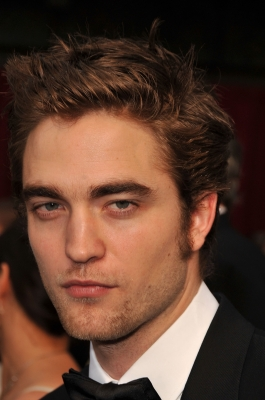 Robert Pattinson takes his arrival on the 2009 Oscars red carpet seriously