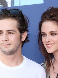 Actors Michael Angarano and Kristen Stewart arrive at the 2008 MTV Video Music Awards at Paramount Pictures Studios on September 7, 2008 in Los Angeles