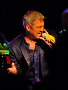 'Idol' champ Taylor Hicks performs at The Roxy Theatre on March 18, 2009 in Los Angeles