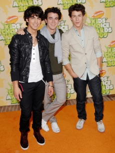 Joe Jonas, Kevin Jonas and Nick Jonas of The Jonas Brothers arrive at Nickelodeon's 2009 Kids' Choice Awards