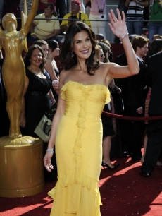 Teri Hatcher shines as she arrives to the 2009 Emmy Awards