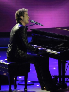 Scott MacIntyre performs on 'American Idol'