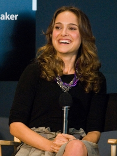 Natalie Portman visits the Apple Store in Soho on April 24, 2009 in New York City