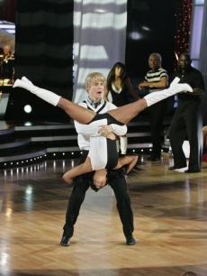 Lil Kim flips out on 'Dancing' with Derek Hough