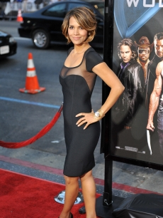 Hot mom alert! Halle Berry hits the red carpet for &#8216;X-Men Origins: Wolverine,&#8217; Los Angeles, April 28, 2009