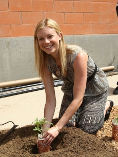 Amy Smart plants a tree in support of the Environmental Media Association