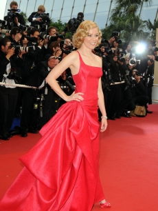 Elizabeth Banks looks gorgeous in red at the 'Up' Premiere, which opened the 62nd International Cannes Film Festival