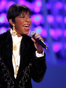 Natalie Cole performs on stage at the 'Light of the Angels' Holiday Tree Lighting Ceremony at LA Live on December 4, 2008 in Los Angeles
