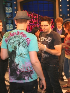 Danny Gokey, Matt Giraud, Scott MacIntyre and the gang eat cupcakes on the Access set, May 21, 2009