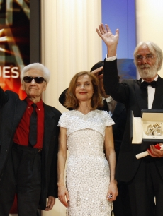Michael Haneke poses with Isabelle Huppert, Robin Wright Penn, Alain Resnais and Sharmila Tagore after being awarded with the Palme d&#8217;Or for his movie &#8216;Das Weisse Band&#8217; at the 62nd Cannes Film Festival