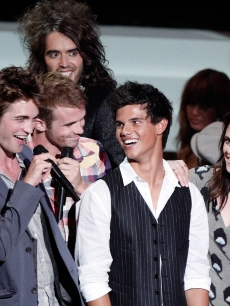 Robert Pattinson, Cam Gigandet, Taylor Lautner and Kristen Stewart with host Russell Brand at the 2008 MTV Video Music Awards on September 7, 2008 in Los Angeles, California