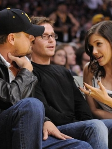 Leonardo DiCaprio,Kevin Connolly and Sophia Bush chat courtside during the NBA basketball finals on June 4, 2009, in LA