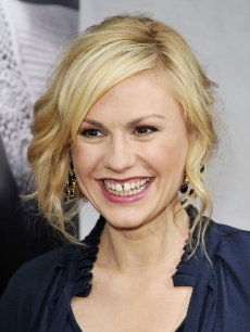 Anna Paquin flashes a smile at the premiere of the 2nd season of HBO&#8217;s &#8216;True Blood&#8217; on June 9, 2009 in Los Angeles