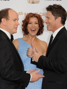Prince Albert II of Monaco shares a laugh with Kate Walsh and Tim Daly at the closing ceremony of the 2009 Monte Carlo Television Festival on June 11, 2009