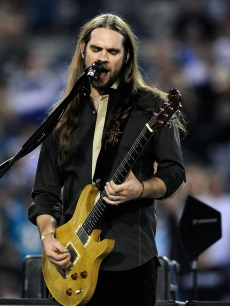 Former 'American Idol' contestant Bo Bice takes the stage