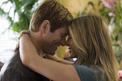 Aaron Eckhart and Jennifer Aniston get close in Universal Pictures' 'Love Happens'