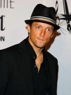Jason Mraz flashes a grin on the red carpet during the 40th Annual Songwriters Hall of Fame Ceremony on June 18, 2009 in New York City