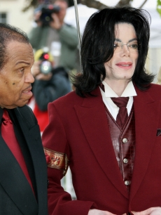Michael Jackson and father Joe Jackson arrive for Michael Jackson's child molestation trial at the Santa Barbara County Courthouse April 27, 2005 in Santa Maria, California