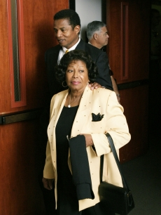 Jackie Jackson walks with Katherine Jackson as they exit the courtroom during a break in Michael Jackson&#8217;s child molestation trial at the Santa Barbara County Courthouse April 27, 2005