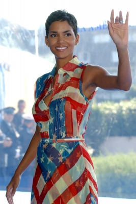 Halle Berry participates in a photocall for her film 'Sword Fish' at the Deauville Film Festival for American Cinema, Deauville, France on September 1, 2001