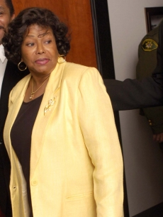 Katherine Jackson exits the courtroom at the Santa Barbara County Courthouse for a break during day 19 of Michael Jackson's child molestation trial in Santa Maria, California on March 24, 2005