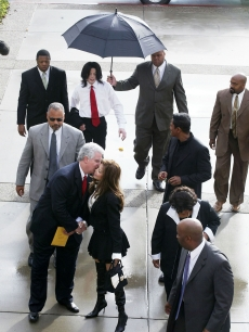 Michael Jackson&#8217;s sister, LaToya Jackson, is greeted with a kiss from defense attorney Brian Oxman as Michael&#8217;s entourage arrives for his child molestation trial at the Santa Barbara County Superior Court in Santa Maria, California on March 4, 2005 