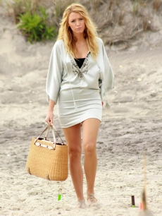Blake Lively hits the beach while filming 'Gossip Girl' in New York (June 2008)