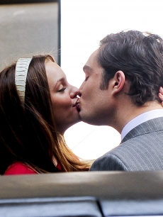 Leighton Meester and Ed Westwick smooch on the &#8216;Gossip Girl&#8217; set in the Upper East Side of Manhattan on July 13, 2009 in New York City