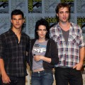 Taylor Lautner, Kristen Stewart and Robert Pattinson strike a pose during the 2009 Comic-Con 'New Moon' press conference in San Diego on July 23, 2009