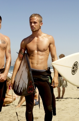 &#8216;Twilight&#8217;s&#8217; Cam Gigandet holding a surfboard